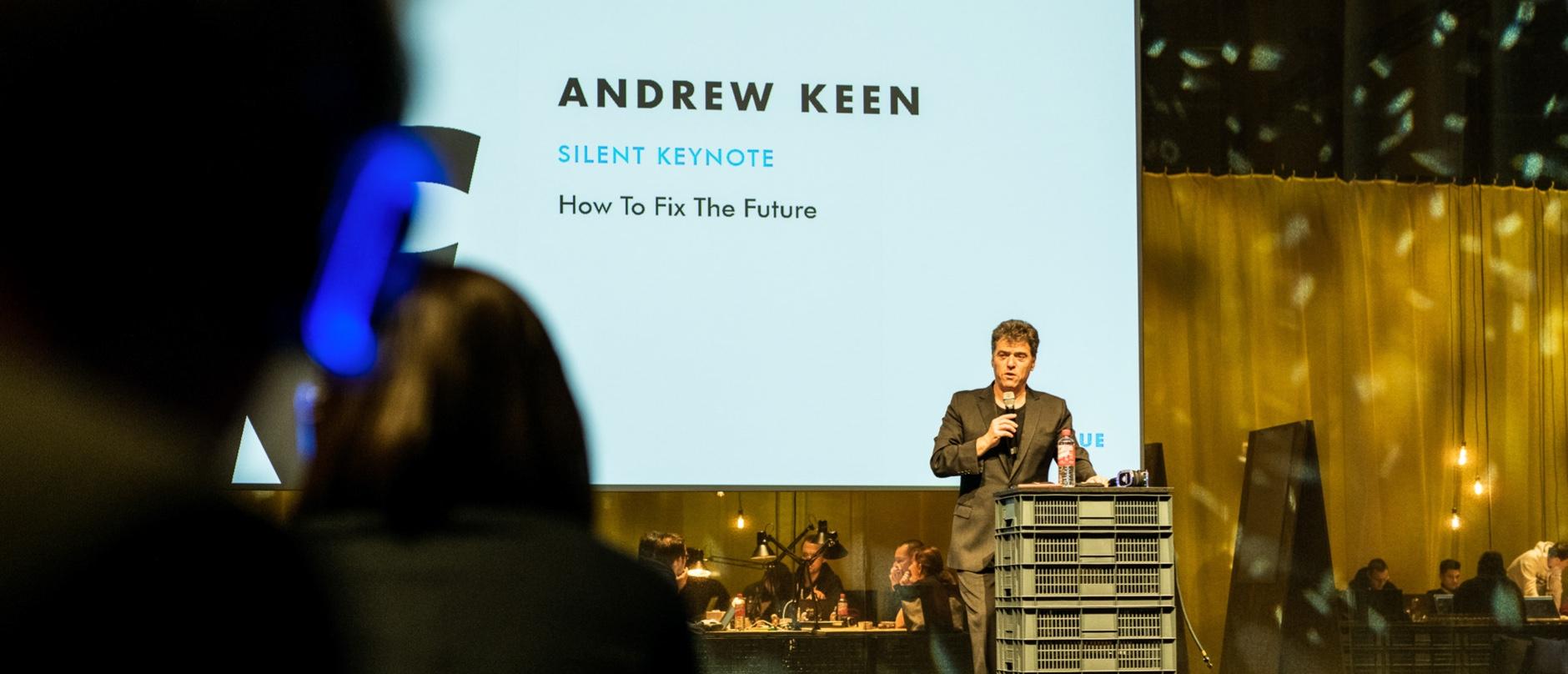 Speaker Andrew Keen auf der Bühne beim Silent Keynote.